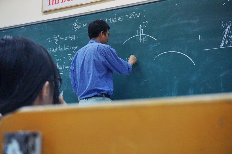 Lehrer unterrichtet analog